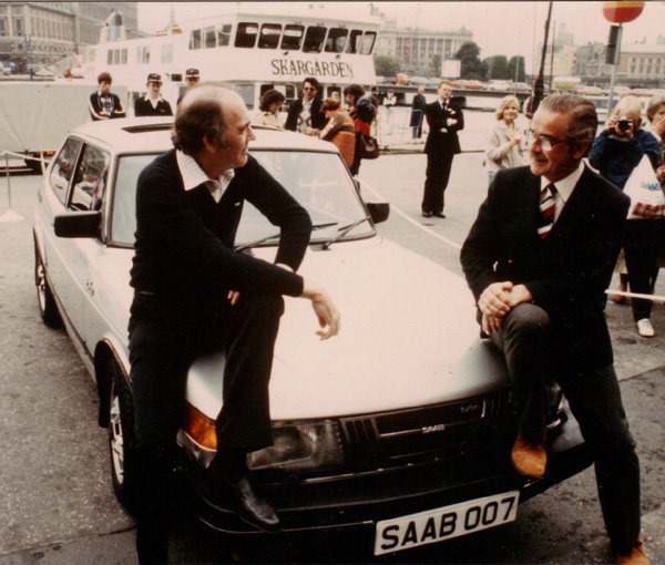 John Gardner till vänster och författarkollegan Douglas Rutherford   SAAB 900 Turbo 1986 James Bond Silver Beast Specification.j